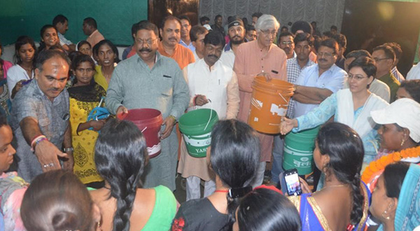 The mayor, local MP, MLA, District Collector and other district administrators distribute dustbins in Ambikapur.